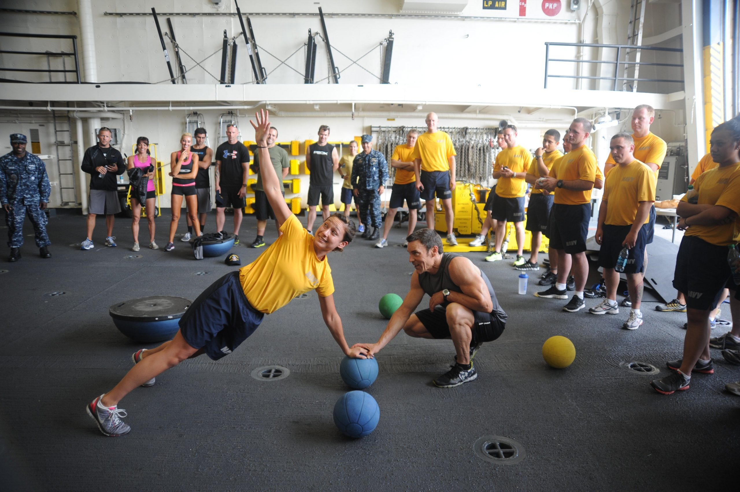 Official U.S. Navy Imagery   Tony Horton founder of the fitness program P90X exercises with Sailors scaled - Was ist P90X?